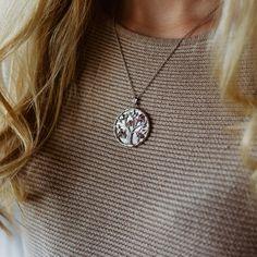 Diese silberne Halskette beeindruckt durch ihren Anhänger mit dem Symbol des Lebensbaumes aus Sterling Silber. Der schimmernde Perlmutt-Hintergrund bringt das Natursymbol zusätzlich zum Strahlen. Gekonnt veredelt wird deine Schmuckkette durch die farbenfrohen Edelsteine in hochwertiger Qualität. Poems About Life, Pendant Necklace, Shopping, Jewelry, Fashion, Silver Chain Necklace, Tree Of Life, Beams, Rhinestones