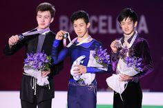 GPファイナル 左からジュニア男子シングル2位のドミトリー・アリエフ(ロシア)、優勝のネーサン・チェン(米国)、3位の山本草太(日本)【