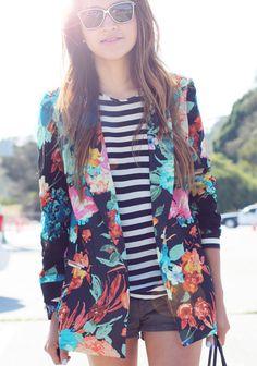 Street style de Julie Sariñana com shorts, blusa listrada e casaco floral.