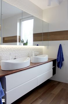 Biała łazienka z drewnem - zdjęcie od NOVI_projektowanie