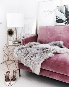 Glamorous, exotic and a touch of retro – the decor with the pink velvet sofa and the golden accents. - Decoration For Home Pink Velvet Sofa, Pink Sofa, My Living Room, Living Room Decor, Bedroom Decor, Bedroom Ideas, Bedroom Furniture, Mauve Living Room, Cozy Living