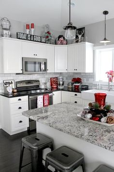 Love the swirl white n grey quartz island, and the black to the back counters, would love a white glass/pearl/irradescent/sparkly backsplash.