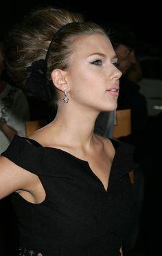 Love Scarlett's pink lipstick and hair.