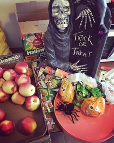 Don't forget to bring the kids by Trick or Treating at Lee & Maria's tomorrow. I wonder if the kids will think it's a trick or treat they're getting apples & fruit chews  Happy Halloween from #teamleeandmarias #supportlocal #supportlocalfarmers