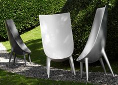 La sedia Out/In di Driade è composta da un monoblocco impilabile in polipropilene con elementi in estruso di alluminio anodizzato. Alla sua sommità, una particolare inclinazione la rende simile ad una conchiglia e ne rende distintivo il design.