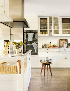 cocina blanca con zona coccion en isla 00452184