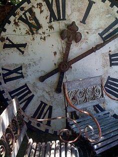 Love this Huge Old World, Rustic Clock! Je Veux!