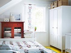 Armario HEMNES tintado en blanco y armario para ropa de cama HEMNES rojo con puertas de vidrio