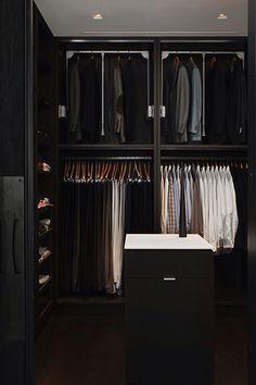 O closet organizado por cor e tipos de roupa facilita na hora de escolher o que vestir.
