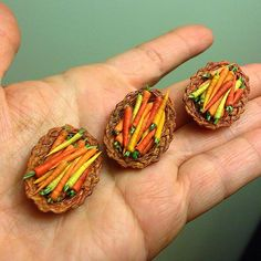 Polymer Clay Miniatures, Dollhouse Miniatures, Diy Dollhouse, Doll Food, Tiny Food, Barbie And Ken, Miniture Things, Miniature Food, Small World