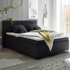 Boxspringbett aus schwarzem Textilstoff mit silbernen Füßen Kids Room Wallpaper, Sleep Set, Couch, Bed, Furniture, Home Decor, Kitchen Armoire, Candle, Chair