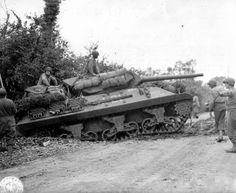 Prés de Saint-Jean-de-Daye, 11 juillet, alors que la Panzer Lehr Division attaque, ce char Tank Destroyer M-10 vient soutenir la 30th Inf. D...