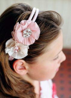 Con creatividad, unas cuentas y unos retales puedes personalizar las diademas de las niñas o hacerte una para ti :)
