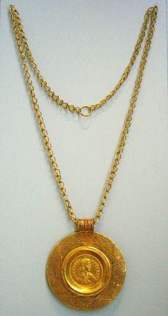 Oreficeria romana Catena formata da maglie non ripiegate, in filo molto grosso.  Le chiusure sono spesso dei semplici ganci, altre volte hanno invece le borchie Classical Antiquity, Antique Jewelry, Gold Necklace, Sculpture, Antiques, Fashion, Old Jewelry, Gold Pendant Necklace, Moda
