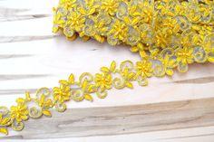 Dentelle jaune brodé de fleurs avec des perles jaunes et or Alençon dispose de…