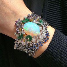 That's so gorgeous @vancleefarpels via @vincenttallot !! #dubai #diamond #diamonds #queen #highjewelry #hautejoaillerie #instacool #instalike #instalove #instamood #instaabudhabi #baselworld #bestoftheday #baselworld2016 #mylove #mydubai #my_dubai #luxury #love #luxurylife #luxuryjewelry #luxurylifestyle #amazing #awosome #abudhabi #fabulous #followme #finejewelry #uae #wonderful #opalsaustralia