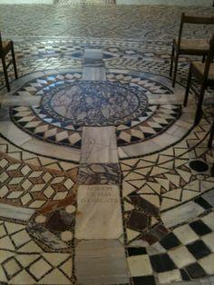"""Tessellato marmoreo con """"tabula"""" che ricorda la data di dedicazione dell'Abbazia (6 maggio 1026) - Pomposa- Ferrara"""