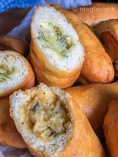 Πεντανόσιμα πιροσκί χωρίς να είναι καθόλου λαδερά με πολλά πολλά νόστιμα και ιδιαίτερα είδη γέμισης. Με πατάτα, με λουκανικάκια Φρανκφούρτης και τυρί ή μουστάρδα ή κέτσαπ, με κρέμα τυριού και καπνιστό σολομό για πιο Gourmet.