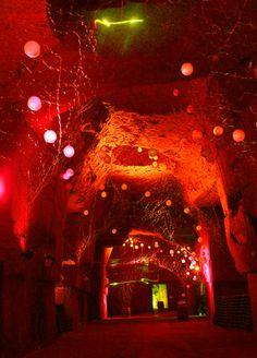 """Création unique du plasticien-performeur Yorga : """"La Maison Ackerman jouit de caves extraordinaires !""""."""