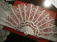 Lace from Camariñas, Spain Hand Held Fan, Hand Fans, Diy Y Manualidades, Vintage Fans, Lace Making, Bobbin Lace, Pinwheels, Vintage Outfits, Pottery