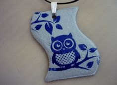 """Smaltovaný náhrdelník """"Moudrá sova"""" Krásný smaltovaný náhrdelník (smalt na plotýnce), motiv sovy na skleněném podkladu. Přívěšek je na voskované šňůrce délka 45cm, velikost přívěšku 5x3,5cm. Barva - modrá sova na stříbrošedém podkladu."""