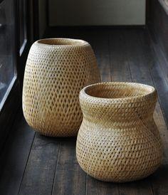 Amazing DIY Bamboo Basket Design Ideas For Home Accessories Bamboo Weaving, Weaving Art, Basket Weaving, Bamboo Art, Bamboo Crafts, Japanese Interior, Japanese Design, Rattan, Bamboo Basket