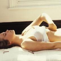 Addominali alti o bassi: quali far lavorare di più? «Il muscolo che attraversa verticalmente l'addome è uno solo e lo si allena come descritto prima. Per le fasce dei muscoli obliqui, interni ed esterni, le flessioni devono essere laterali con lieve rotazione del tronco». Qual è la mossa giusta per appiattire la pancia? «Con gli esercizi addominali migliora la postura e quindi tutta la linea diventa più armoniosa, ma non si dimagrisce, come molti credono».