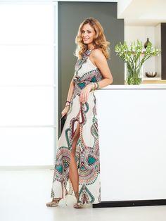 9192a75af45 Bodenlanges Kleid aus exotischem Stoff. Smoknähte akzentuieren die Taille
