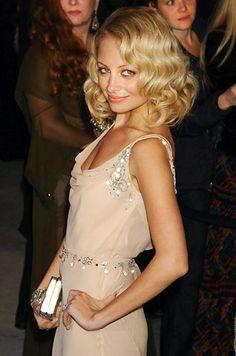 Nicole sempre estilosa... ta linda fofa, arrasou no vestido e no cabelo.