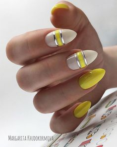 The advantage of the gel is that it allows you to enjoy your French manicure for a long time. There are four different ways to make a French manicure on gel nails. Yellow Nails Design, Yellow Nail Art, Spring Nails, Summer Nails, Cute Nails, Pretty Nails, Hair And Nails, My Nails, Christmas Manicure