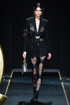 Kendall Jenner, made no exception for the Versace women's Fall-Winter collection on the runway during Milan Fashion Week on Friday. Runway Fashion, High Fashion, Fashion Outfits, Fashion Trends, Kendall Jenner Runway, Edgy Dress, Style Noir, Milan Fashion Weeks, Fashion Show Collection