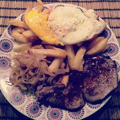 The voice of food I have to admit that this is my guilty pleasure. Bistec a lo Pobre is a traditional Chilean dish, which consists of a portion of French fries, caramelized onions, steak and one or two fried eggs on top.