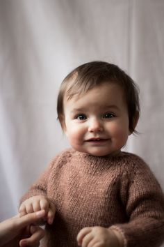 Denne lille samling indeholder både opskriften på stjernehimmelsweater og cardigan, samt hverdagssweater og cardigan i ministørrelser Alle modellerne strikkes oppefra og ned med mønster eller raglan udtag, som former ærmerne. Sweater og cardigan er perfekt til både store og små, hverdag og fest. Størrelser9-12 mdr (1 Bindi, Fest, Kids Fashion, Baby, Sweaters, Sweater, Baby Humor, Junior Fashion, Infant