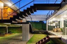Escada Preta - Pilotis - Revestimento de madeira na Fachada - Casa Contemporânea em Tibau do Sul - Casa da Praia - Yuri Vital -  Construtora Podium - Praia do Pipa - Fotos Nelson Kon