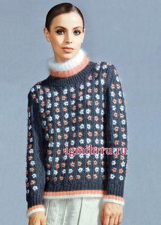 Мягкий и пушистый свитер с цветочными мотивами. Вязание спицами