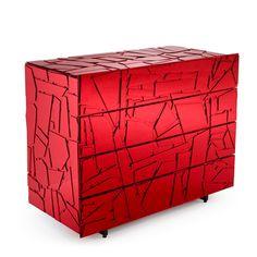 Ces cabinets en bois couverts de fragment acrylique sont réalisés par les frères brésiliens Fernando et Humberto Campana pour la marque italienne Edra. Appelée Scrigno, la collection inclut une commode cabinet, la commode et le buffet.