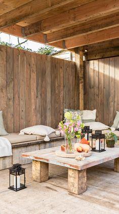 In de landelijke tuin is gewerkt met een aantal elementen om deze een robuuste uitstraling te geven. De meerpalen en de steenschotten zijn hier een voorbeeld van. Door de meerpalen lijkt de tuin optisch opgedeeld in verschillende kamers. De overkapping met de loungebanken maakt de tuin helemaal af. Voor de begroeiing is gekozen voor verschillende soorten grassen en varens. Die zorgen samen met de kruidenwand voor wat kleur in de tuin.
