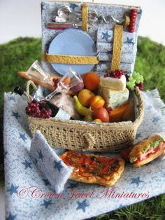 Filled picnic basket by IGMA Artisan Robin Brady-Boxwell Barbie Miniatures, Dollhouse Miniatures, Tiny Food, Miniature Food, Small World, Clay Projects, Fourth Of July, Polymer Clay, Artisan