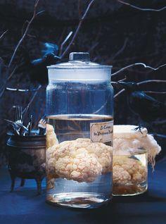Recette de Ricardo. Une recette de cerveau dans le formol. Une décoration d'Halloween faite avec un chou-fleur. À utiliser comme centre de table ou comme décoration.