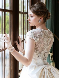 ウエディングドレスショップ シンデレラ(Wedding Dress Shop Cinderella)   レースのデコルテが美しいクラシカルサテンのノーブルドレスSS9645