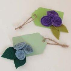 Felt Flower Gift Tags Cloth Flowers, Felt Flowers, Fabric Flowers, Diy Flowers, Felt Gifts, How To Make Paper Flowers, Crafty Projects, Flower Tutorial, Ideas