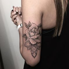 tatouage rose femme-arrière-bras-rose-motifs
