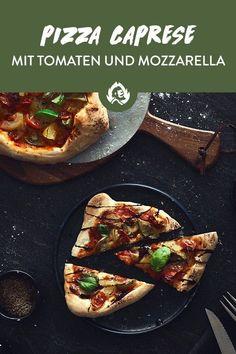Pizza Caprese landet mit freshen bunten Tomaten, schmelzendem Büffelmozzarella, cremigem Balsamico und Basilikum bestimmt nicht das letzte mal auf deinem Pizzastein. Der italienische Pizzaklassiker ist besonders unter Vegetariern der Renner und kommt ganz locker ohne Fleisch aus. SO einfach, SO hammerglecker und findet sich garantiert auf jedem sortierten Pizzaflyer wieder! Übrigens ist die Pizza Caprese die teigige Schwester vom Insalata Caprese (auch bekannt als Tomate-Mozzarella-Salat). Deep Dish, Bbq, Tomate Mozzarella, Tacos, Mexican, Ethnic Recipes, Food, Savoury Biscuits, Basil