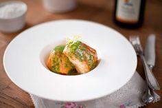 Saftiges, in mit Knoblauch und Rauchpaprika aromatisiertem Olivenoel konfiertes Seewolf-Filet an einer feinen Kräuter-Vinaigrette