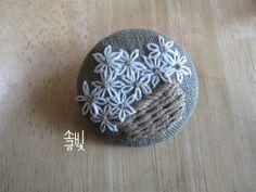 가을학기 첫 수업 꽃바구니 자수 응용으로 사이즈를 줄여서 작게 수놓아보세요~ 하고 완성해 본 꽃바구니 ... Hand Embroidery Art, Embroidery Patches, Ribbon Embroidery, Cross Stitch Embroidery, Embroidery Patterns, Fabric Brooch, Diy Buttons, Sewing Material, Embroidered Flowers