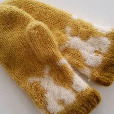 Snart påske  og da må en jo ha  påskevotter  mønsteret har jeg tegnet selv og ellers har jeg brukt oppskrifta  på  marius vottene  fra Sandnes . #votter #strikkevotter #strikking #strikkedilla #fritidsgarn#påskestrikk #tovavotter #knitting #loveknitting #instaknit #madebyme #DIY #håndstrikket