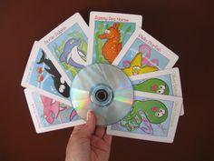 Handige spelkaarthouder gemaakt van twee CD-roms