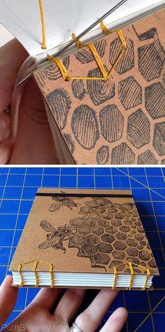 Este es un divertido y robusto poco sketchbook hechas a mano que contiene cerca de 50 páginas (o 100 frente y reverso) de papel de acuarela canson de 118 lb presión en frío. Completamente plana pone que es ideal para dibujar o pintar sobre la marcha. También se incluyen una correa elástica para sujetar cerrado si estás poniendo en tu bolso. La cubierta es libro crudo, con un grabado antiguo de abejas (o tal vez avispas?) en la colmena, que puse en la tapa de cartulina utilizando un método…