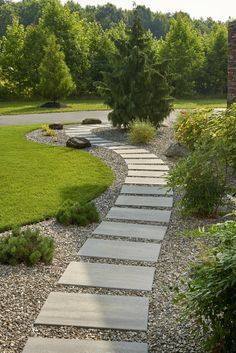 Backyard Walkway, Large Backyard Landscaping, Backyard Seating, Backyard Patio Designs, Side Walkway, Pea Gravel Patio, Montreal Botanical Garden, Lawn And Landscape, Back Gardens