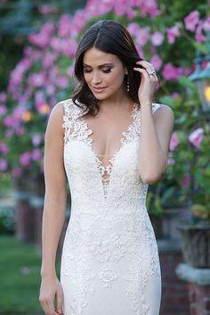 Deze prachtige kanten bruidsjurk van #Sincerity heeft als mooi details een laag decolleté!